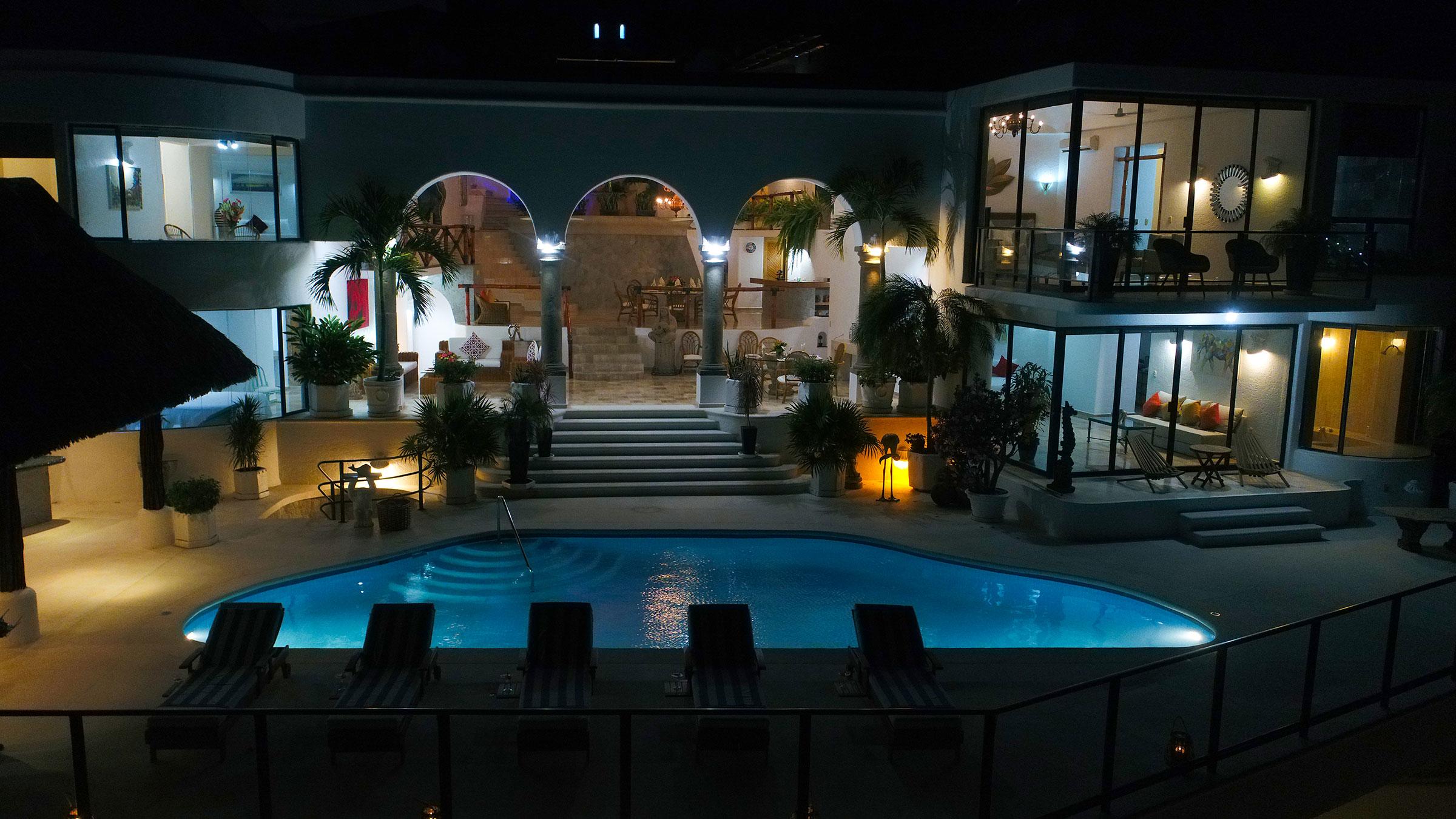 Área de piscina de noche en Casa Buenos Aires, Acapulco